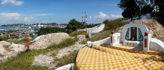 Makam cina di atas bukit Belakang Padang
