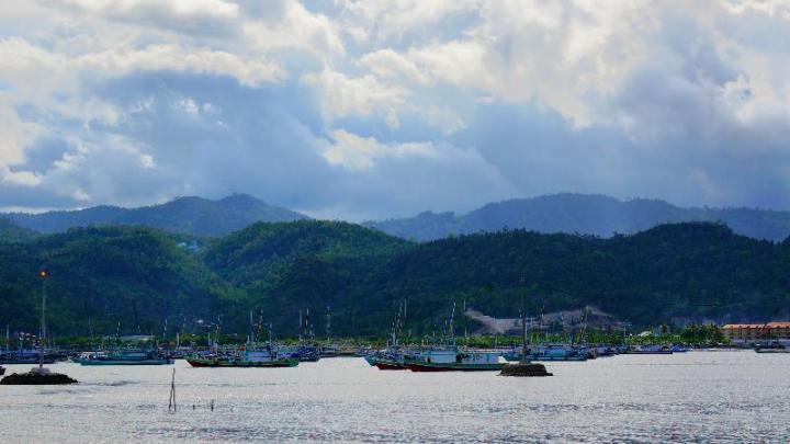 pulau Sumatra latarbelakang bukit barisan