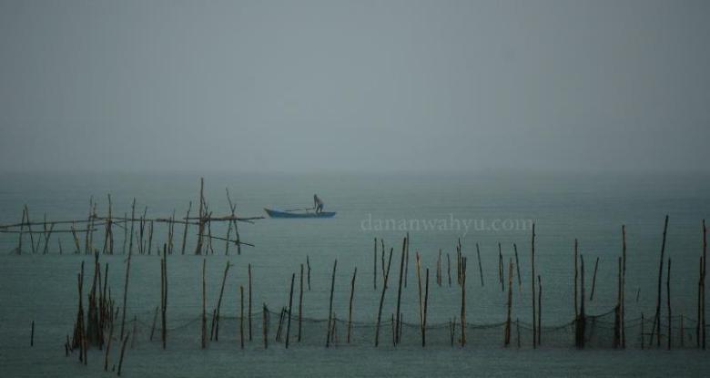 nelayan tak gentar dengan hujan