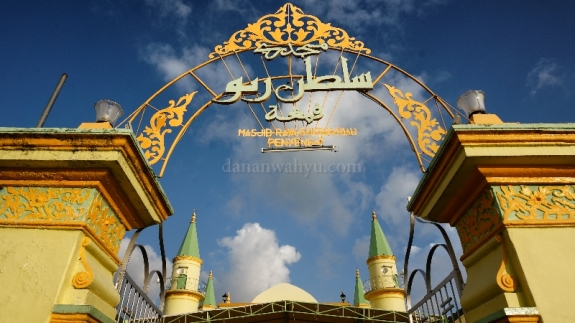 Pintu Gerbang Masjid Sultan Riau Penyengat yang tersohor