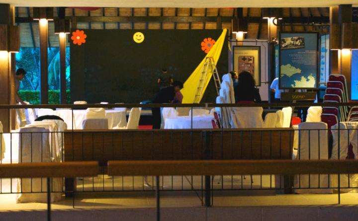 Panggung dipindahkan ke lobi lengkap dengan dekorasinya