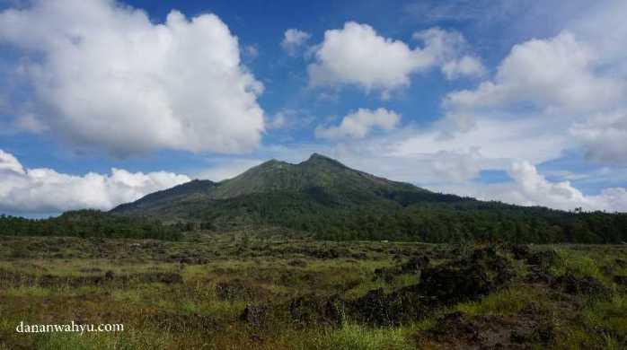 Sebelum pulang , kembali menggagumi gunung dari pinggir danau Batur