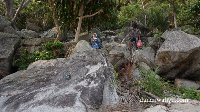 mendaki bukit untuk sampai di pantai