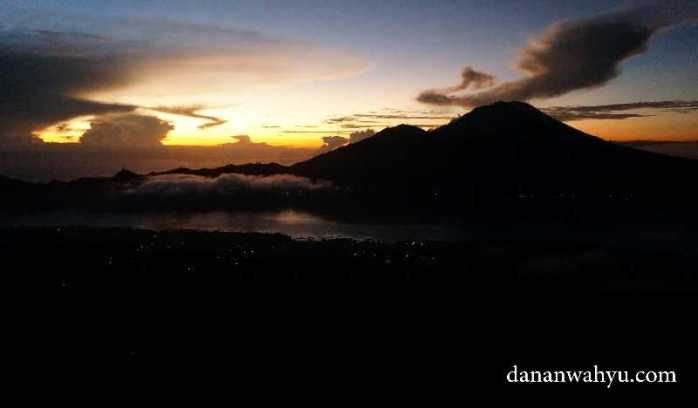 Semburat mentari pagi hari dari gunung Batur