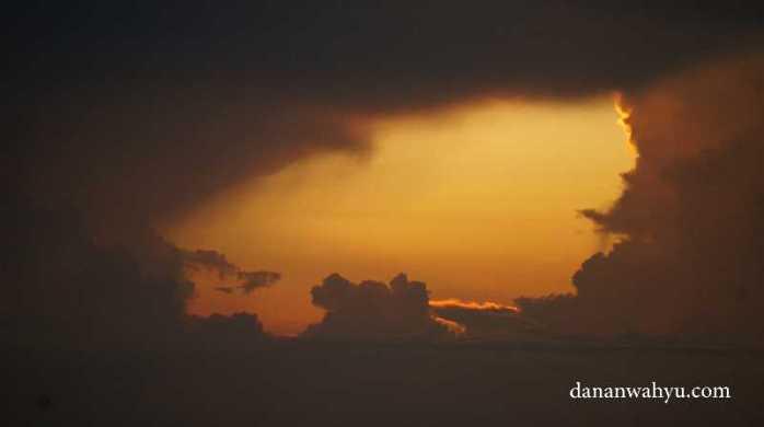 Lubang awan besar di angkasa