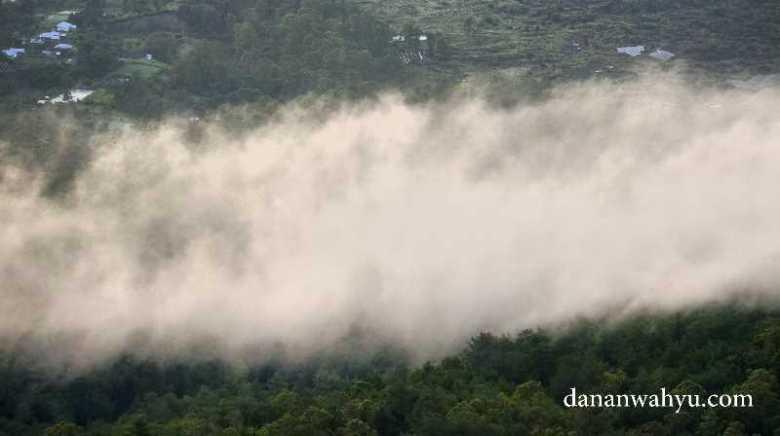 kabut menyapu dana Batur bersama datangnya siang