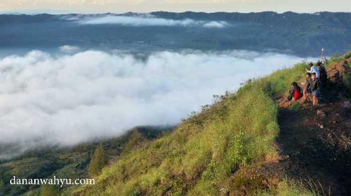 menikmati keindahan danau dari ketinggian 1700 meter