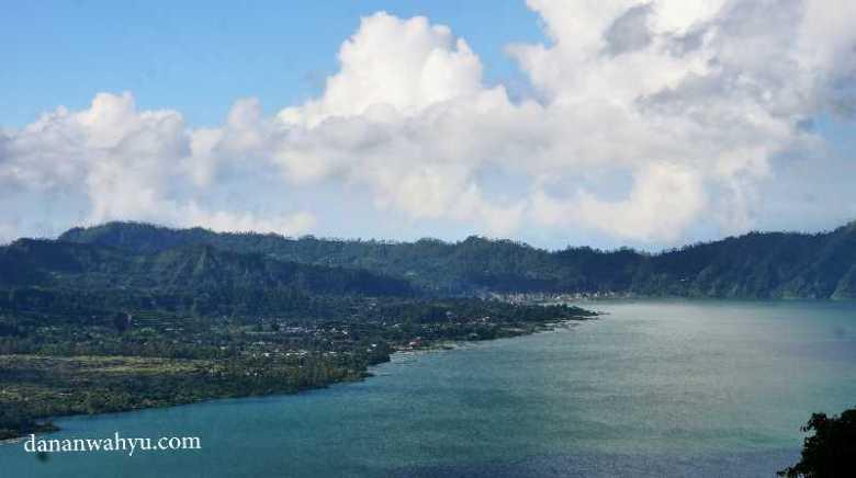 Kaldera menaungi danau Batur