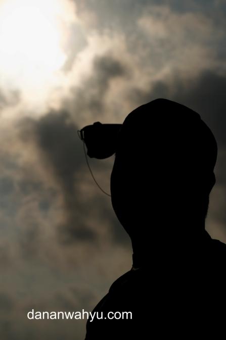 melihat gerhana dengan kacamata las