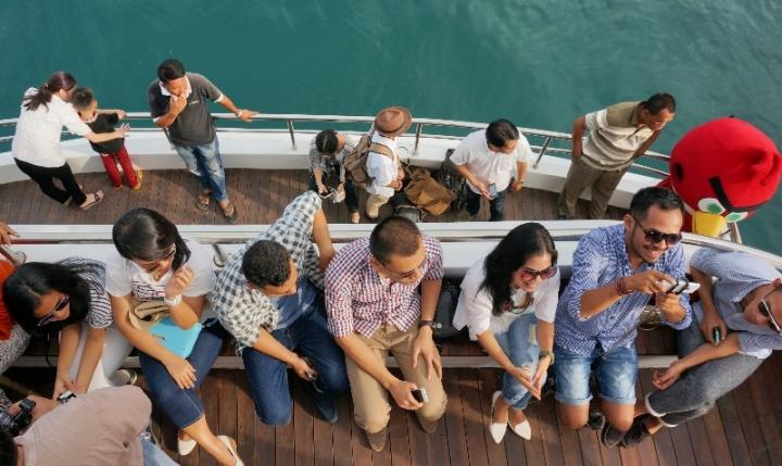 duduk di dek belakang kapal