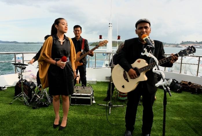sajian livemusic di dek atas kapal