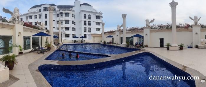 Hotel dengan kolam renang di roof top berada di Batam Center