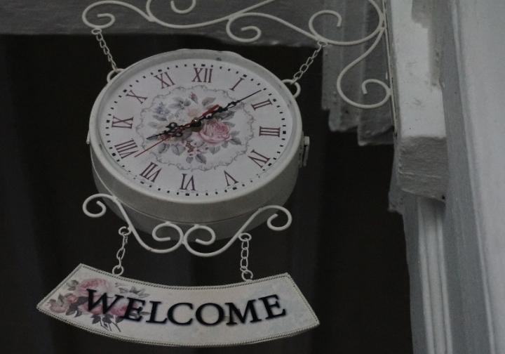 jam di lobi hotel mengingatkan Inggris tempo dulu