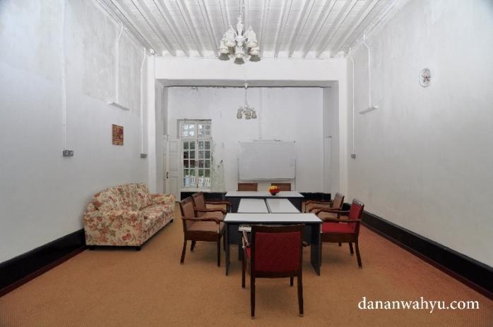 ruang tamu di sayap kanan bangunan