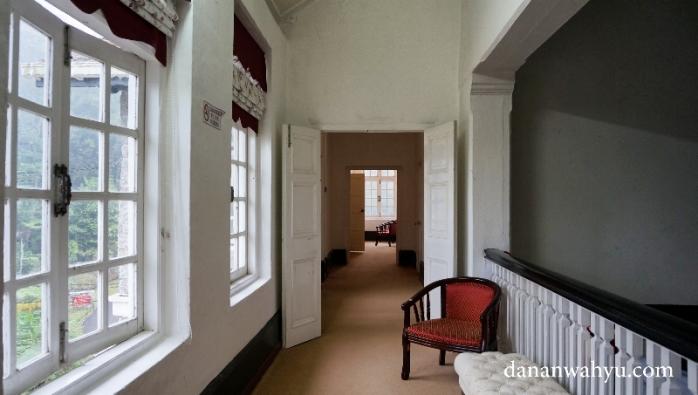 lorong lantai dua mengubungkan sayap kanan dan kiri bangunan