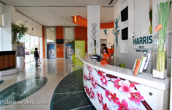 lobi hotel yang luas dengan desain penuh warna terang