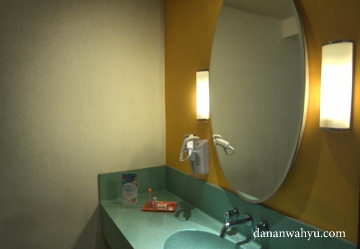 wastafel warna warni di kamar hotel