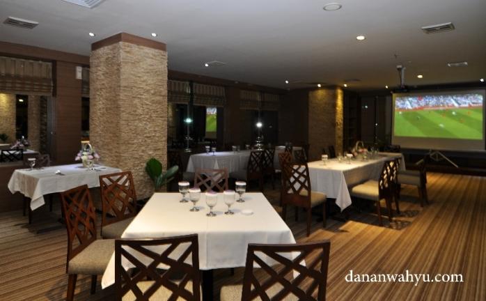 makan malam santai di Barletta Bar & Lounge