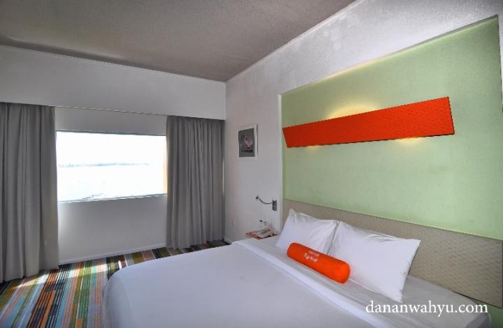 kamar tidur dengan lukisan alam , lihat jendela