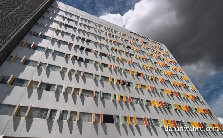 Harris Hotel Batam Center dengan desain eksterior warna warni