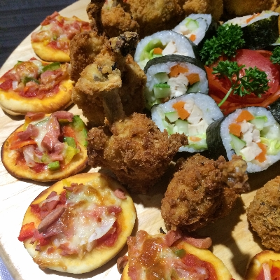 Sushi Roll, Chicken Drumstick dan Mini Pizza , dari tengah ke pinggir