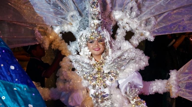 Karnaval dibuka dengan wanita berpakaian putih