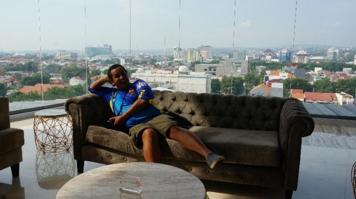 pose narsis di lobi dengan latar kota Semarang