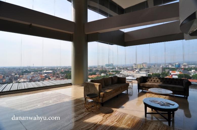 memandang kota Semarang dari lobi di lantai 8
