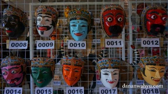 koleksi topeng di gudang Rumah Topeng dan Wayang Setia Darma (RTWSD)