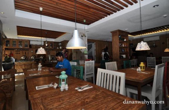 ornamen interior dinning room Rhadana didominasi kayu