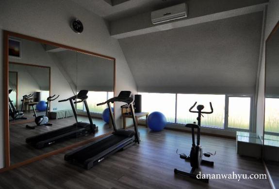 ruangan fitnes di Rhadana Hotel