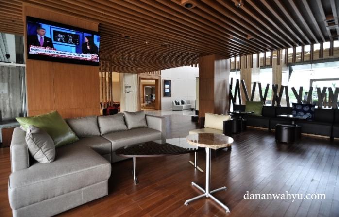 lobi hotel didominasi warna kayu