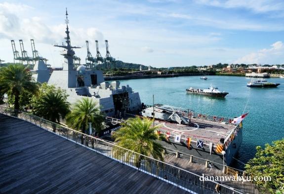 melihat kapal perang dari lantai 4 Vivo city