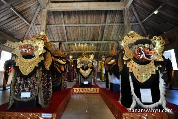 koleksi barong di salah satu joglo Rumah Topeng dan Wayang Setia Darma (RTWSD)