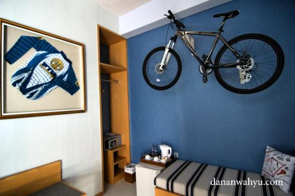 wow di kamar ada sepeda terbang