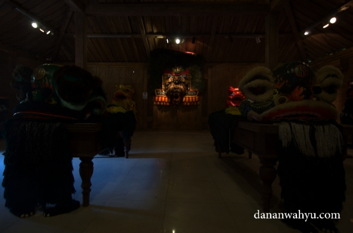 koleksi reog di salah satu joglo Rumah Topeng dan Wayang Setia Darma (RTWSD)