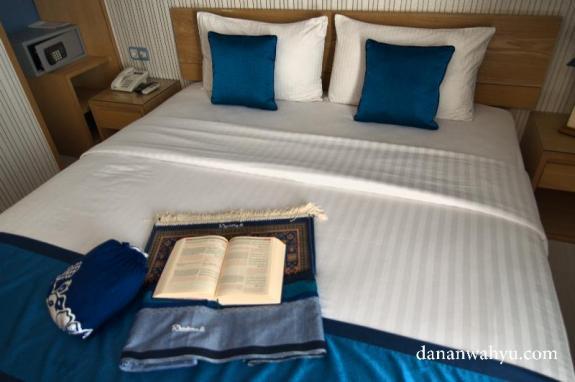 setiap kamar di lengkapi peralatan sholat dan Al Quran tiga bahasa