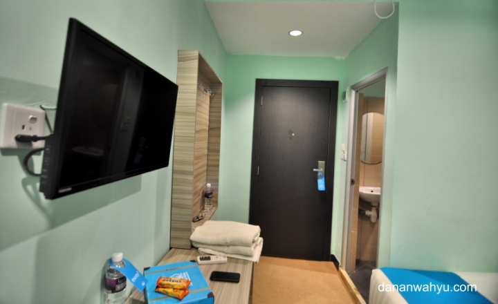 televisi layar datar bagi tamu Airyrooms