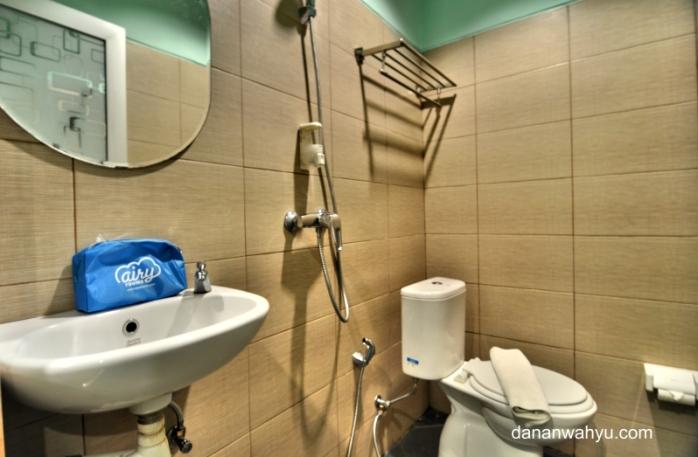 toiletry bag biru berisi perlengkapan mandi :D dari Airyrooms