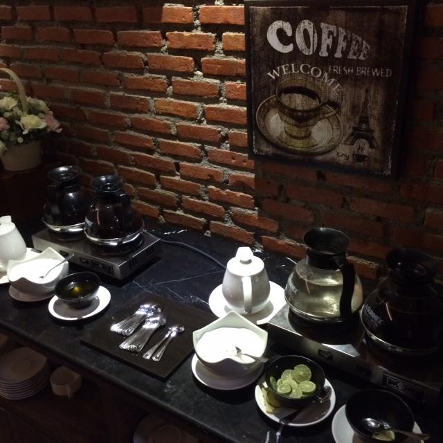 teh dan kopi hangat untuk kehangatan lidah dan lambung