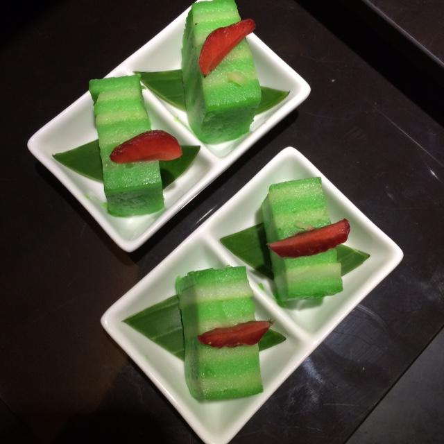 kue lapir beraroma pandan dan garnish stroberi