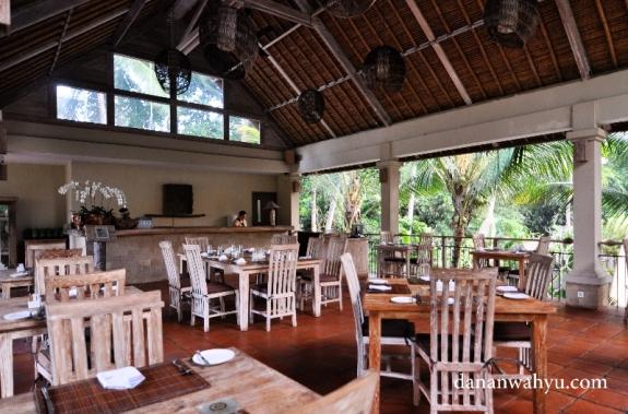 ruang makan atau resto di lantai dua