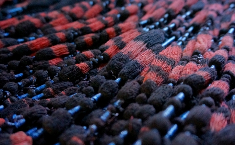 benang yang sudah diwarnai dengan nilam dan kulit akar mengkudu