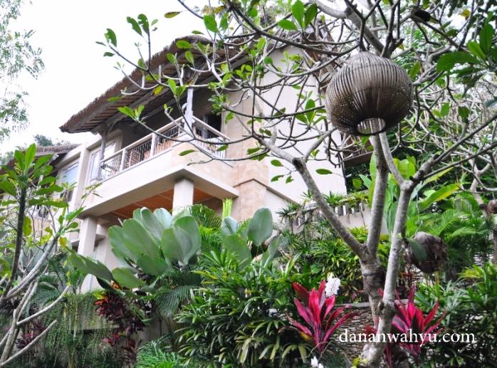 halaman puri dipenuhi tanaman dan bunga tropis