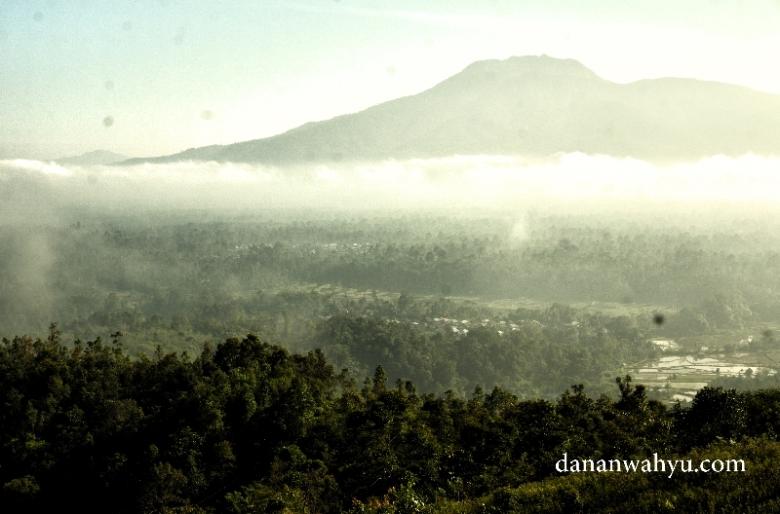 Gunung Seminung tertutup kabut