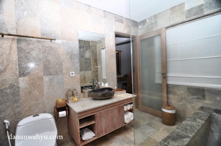 kamar mandi berdinding granit