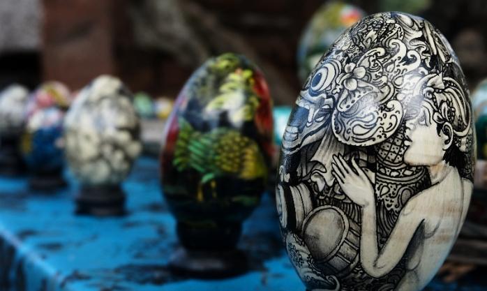 lukisan telur, salah satu kerajinan warga desa Tenganan