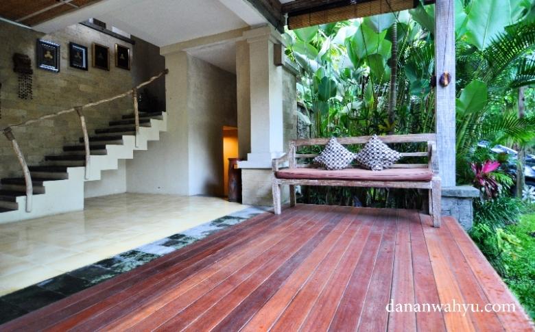 teras Puri Sunia Resort Bali dan tangga menuju lantai dua