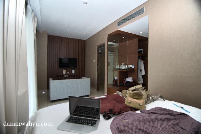 Suite Deluxe (abaikan barang berantakan di kasur)