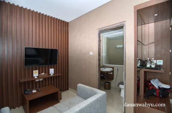 fasilitas hiburan kamar : sofa dan televisi layar datar